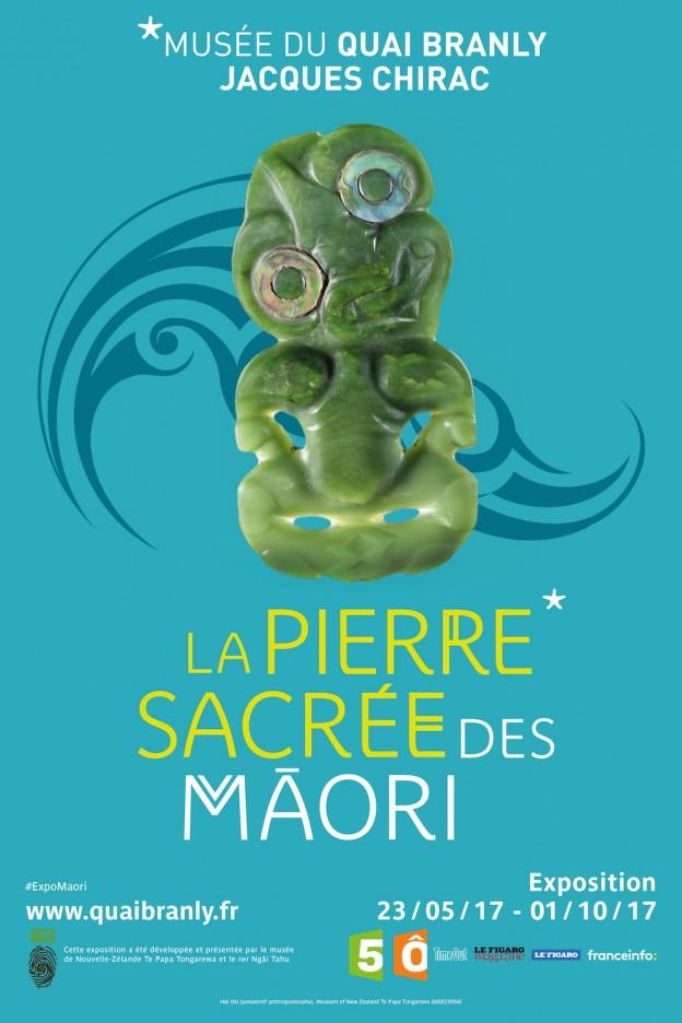 """Musée du quai Branly - Jacques Chirac. Affiche de l'exposition """"La pierre sacrée des Māori"""". Du 23 mai au 1er octobre 2017.   Le jade, aussi appelé pounamu en langue maori, est mis à l'honneur au musée du quai Branly – Jacques Chirac du 23 mai au 1er octobre 2017. Conçue par le Te Papa Tongarewa de Wellington et le iwi (clan familial) Ngāi Tahu, l'exposition met en lumière les très riches collections de jade du musée néo-zélandais. Une immersion dans la culture riche et vivante des Māori qui permet de comprendre l'origine du pounamu (composantes, variétés, histoires, mythes, …) ainsi que ses multiples usages, sa solidité remarquable, la beauté de ses ornements, sa préciosité ou encore ses diverses symboliques.  Cette exposition a été développée et présentée par le musée de Nouvelle-Zélande Te Papa Tongarewa et la tribu Ngāi Tahu."""